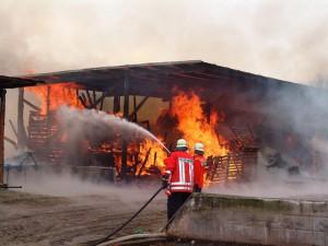 Peligro, incendio en el edificio abandonado de al lado